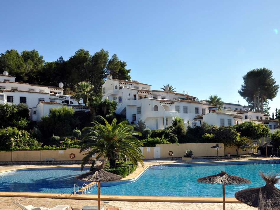THREE BEDROOM, TWO BATHROOM APARTMENT OVERLOOKING THE SWIMMING POOL AT VILLOTEL, MORAIRA