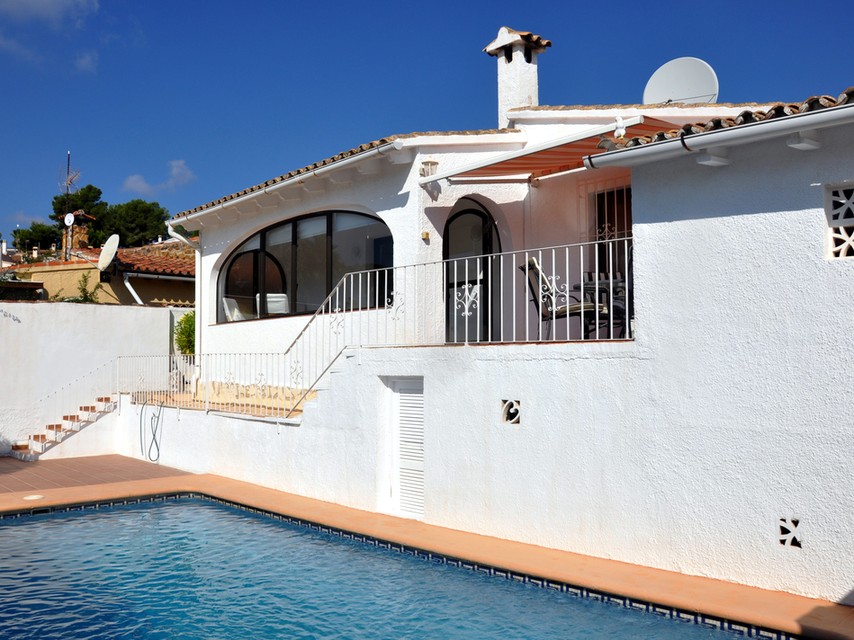 BARGAIN DETACHED THREE BEDROOM VILLA WITH ITS OWN POOL AND A GARAGE IN MORAIRA