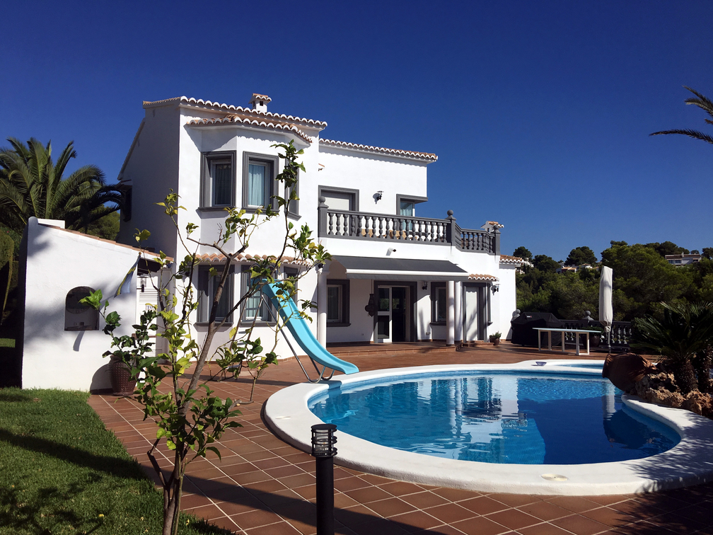 SUPERBLY PRESENTED FIVE EN SUITE BEDROOM VILLA, A SHORT WALK TO MORAIRA VILLAGE