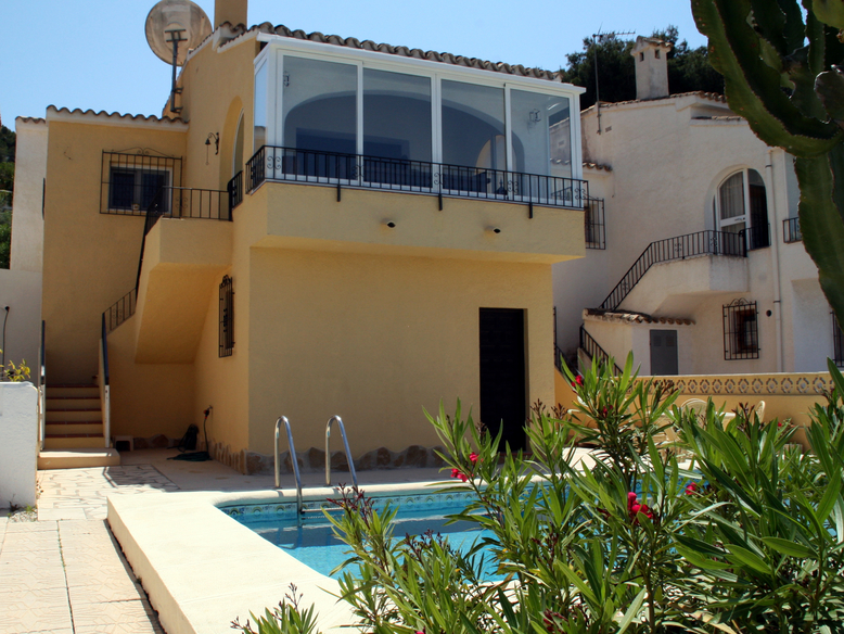 DETACHED VILLA WITH A PRIVATE SWIMMING POOL, AN EASY WALK TO MORAIRA