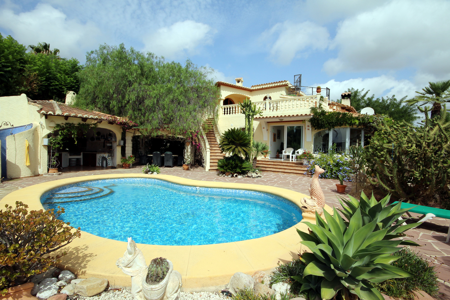 SPECTACULAR LARGE VILLA ON A 2476 SQUARE METRE PLOT