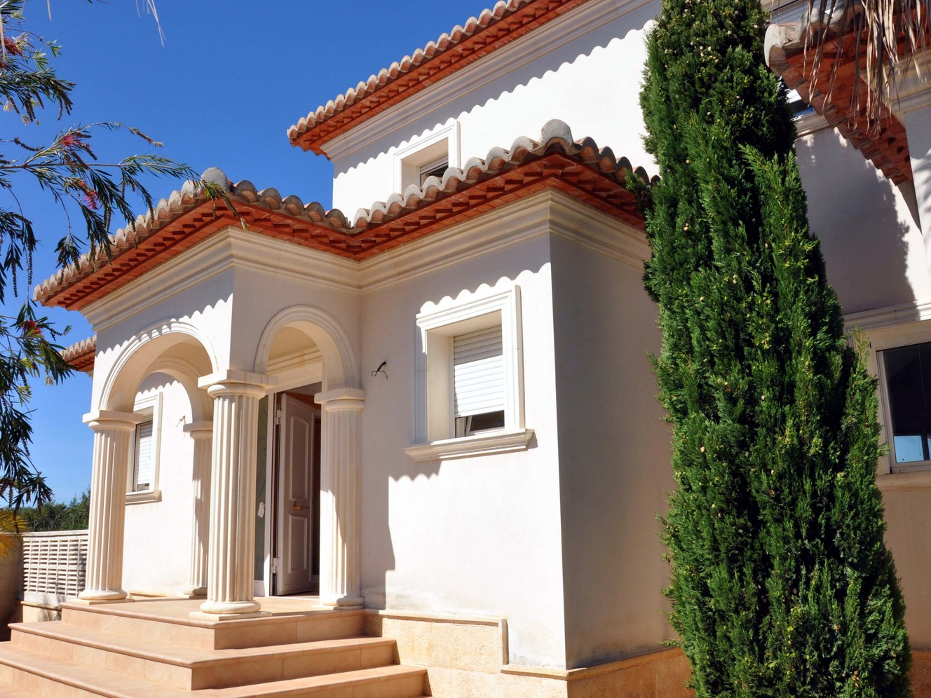 SPLENDID NEW FOUR BEDROOM VILLA WITH AN EASY LEVEL WALK TO MORAIRA VILLAGE