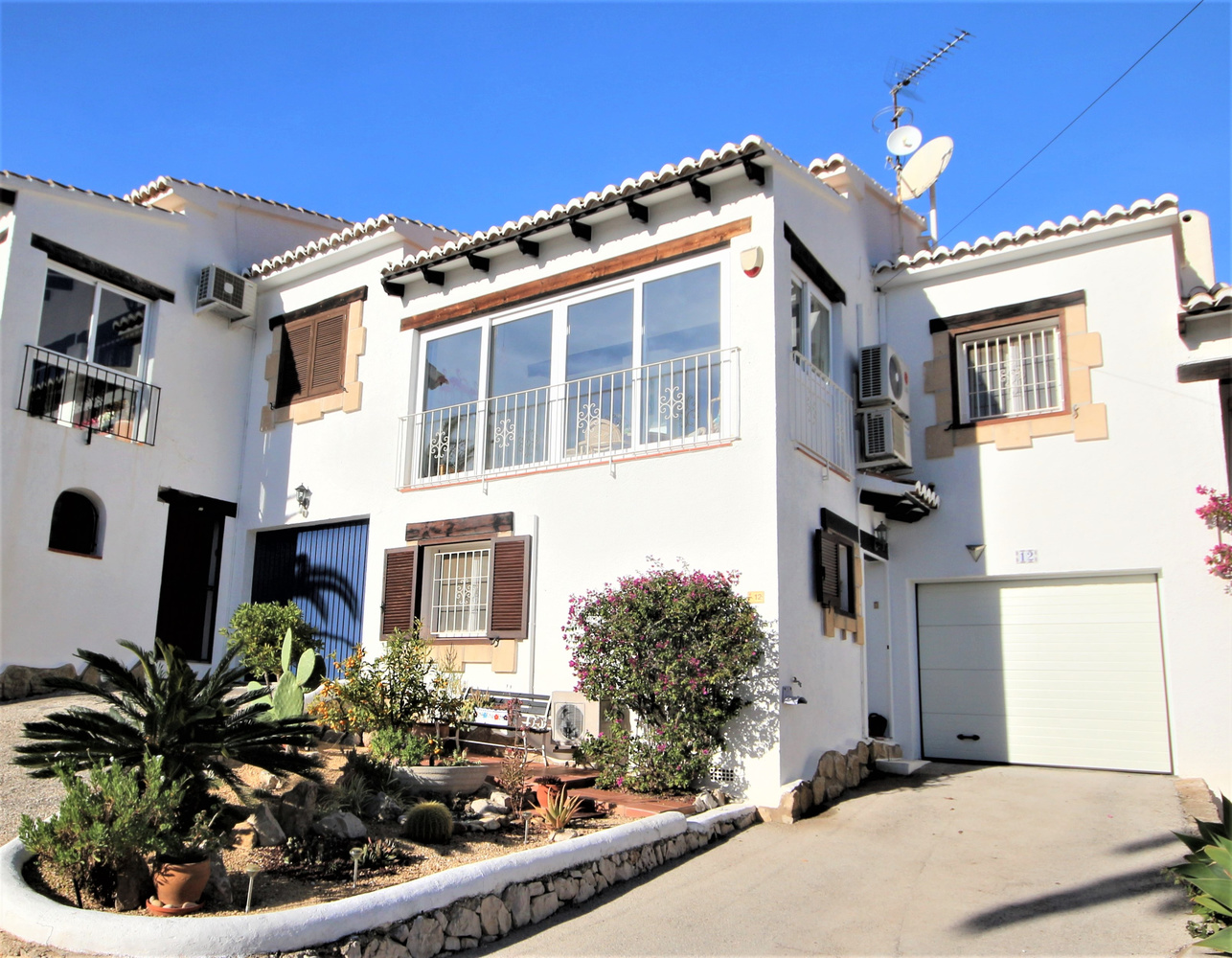 A spacious and immaculate bungalow with garage in Moraira.