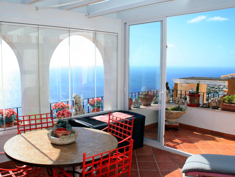 TWO BEDROOM, TWO BATHROOM PENTHOUSE APARTMENT WITH FANTASTIC SEA VIEWS