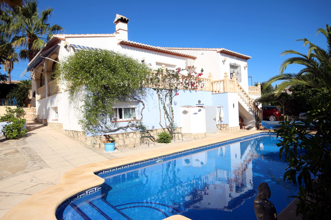 SUPERB THREE BEDROOM VILLA WITH A LARGE TEN METRE LONG SWIMMING POOL