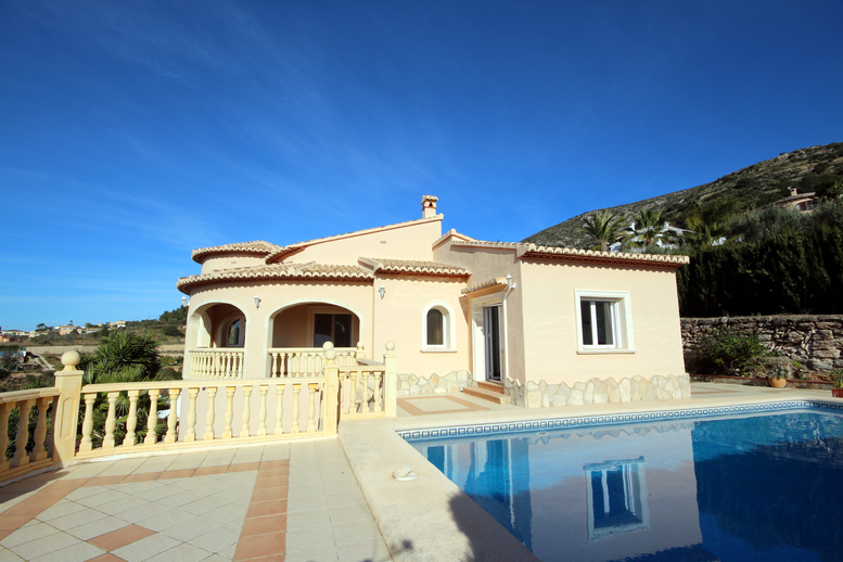LARGE THREE BEDROOM VILLA WITH DELIGHTFUL COUNTRY VIEWS CLOSE TO MORAIRA